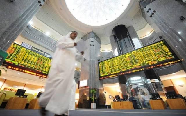 متعاملون يتابعون أسعار الأسهم بقاعة سوق أبوظبي للاوراق المالية