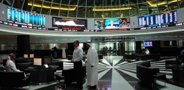 مستثمرون وشاشات تداول في بورصة البحرين