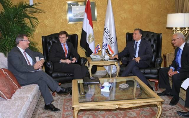 جانب من اجتماع السفير البريطاني بوزير النقل المصري هشام عرفات