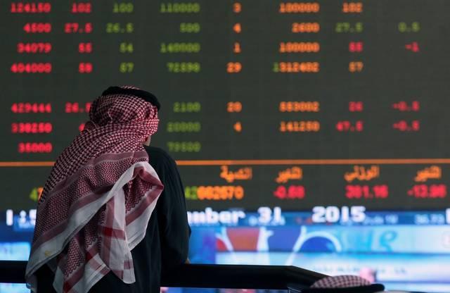 متعامل يتابع أسعار الأسهم بقاعة سوق الكويت المالي، الصورة أرشيفية