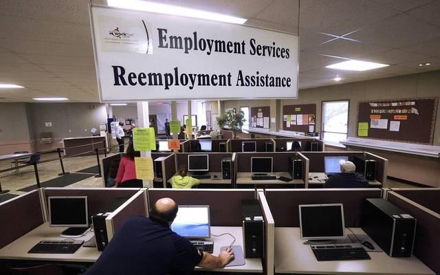طلبات إعانة البطالة الأمريكية ترتفع بأقل من التقديرات