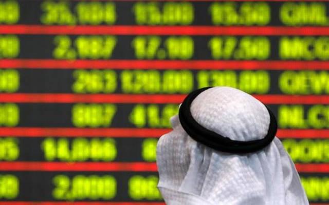 مستثمر يتابع شاشة التداولات ببورصة الكويت