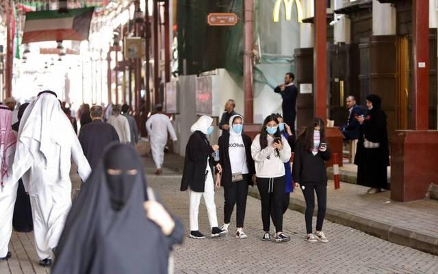 مواطنون في الكويت يرتدون كمامات للوقاية من الفيروسات