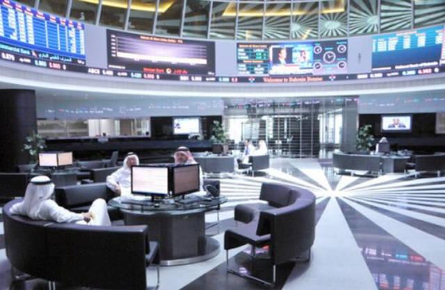 مستثمرون يتعاملون في قاعة التداول بسوق البحرين المالي