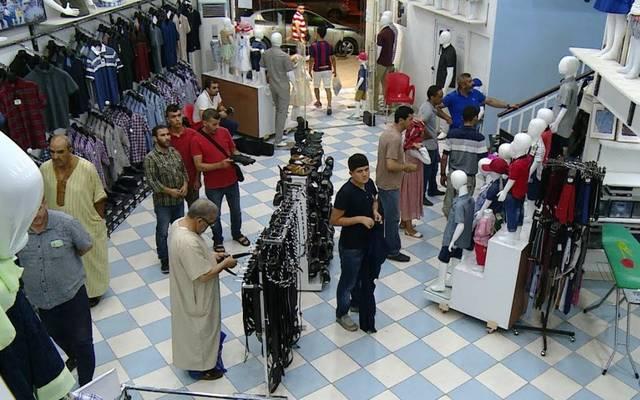 متسوقون داخل أحد المحال التجارية لبيع الملابس