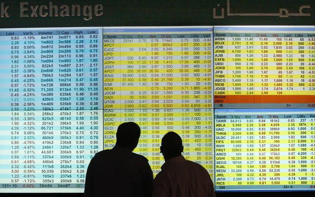مستثمرون يتابعون أسعار الأسهم بسوق عمَّان للأوراق المالية