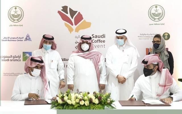 جانب من توقيع جهات حكومية سعودية اتفاقيات مع القطاع الخاص لرفع إنتاج البن السعودي