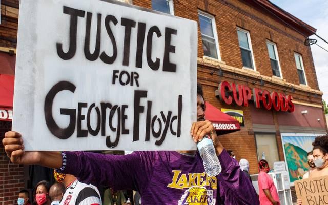 """السلطات الأمريكية تلقى القبض على الشرطي المتهم بقتل """"جورج فلويد"""""""
