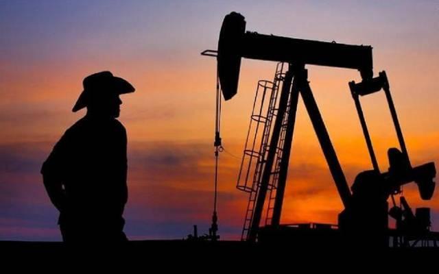 """النفط يتراجع عند التسوية بضغط إرجاء قرار """"أوبك+"""" بشأن الإنتاج"""