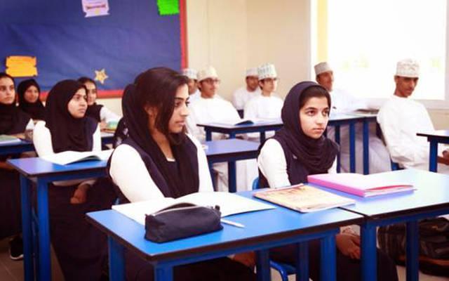 طلبة وطالبات في إحدى المدارس العُمانية