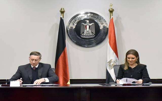 وزيرة الاستثمار المصرية سحر نصر مع سفير ألمانيا لدى القاهرة سيريل چان نون