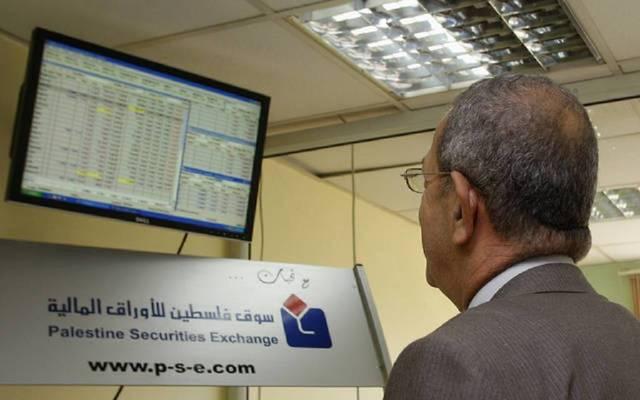 مستثمر يتابع التداولات ببورصة فلسطين