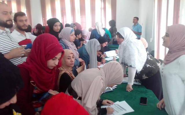 شباب يتقدمون بطلبات للتوظيف في الأردن
