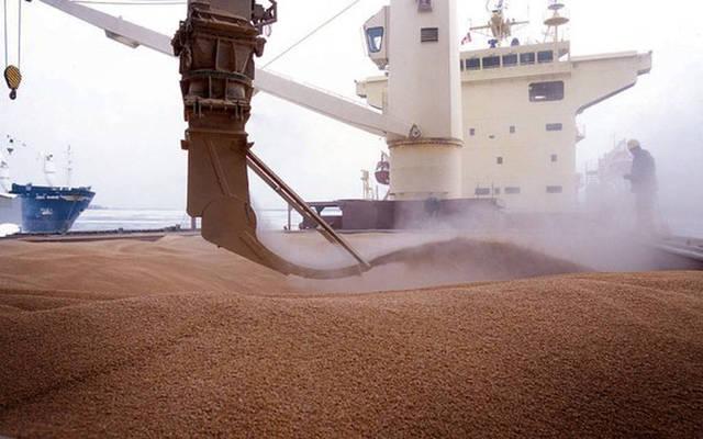 عمليات شحن الحبوب في الموانئ البحرية