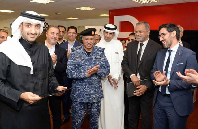 عبدالله بن خليفة آل خليفة، رئيس مجلس إدارة شركة بتلكو خلال زيارته لمركز التدريب في الشركة لتفقد جاهزية الشبكة