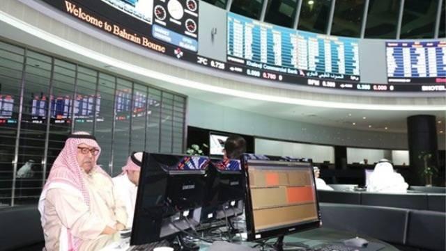 مستثمرون يتابع تداولات سوق الأسهم البحريني