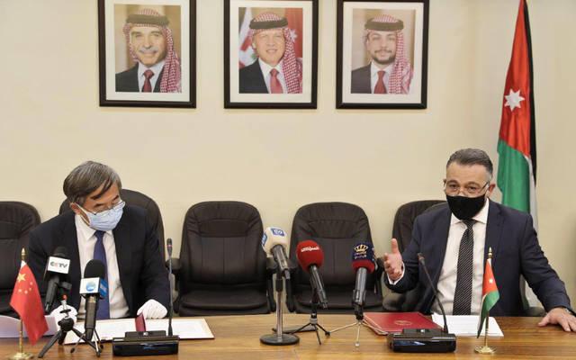 وزير التخطيط والتعاون الدولي الأردني وسام الربضي والسفيرالصيني في الأردن بان وي فانغ خلال توقيع الاتفاقية