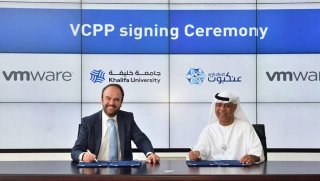 """فاهم النعيمي، الرئيس التنفيذي لشبكة الإمارات المتقدمة للتعليم """"عنكبوت""""، وهنري فان دير فايرن، نائب الرئيس لدى شركة «في إم وير» أثناء توقيع الاتفاقية، الصورة من المصدر"""
