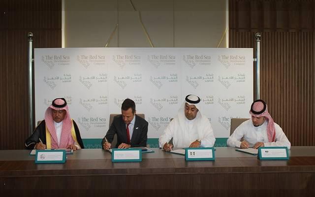 خلال توقيع شركة البحر الأحمر للتطوير اتفاقيات لتوفير فرص عمل بالمشروع