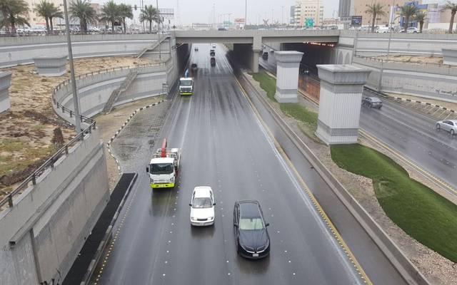 شاحنات تسير داخل نفق بالمملكة العربية السعودية