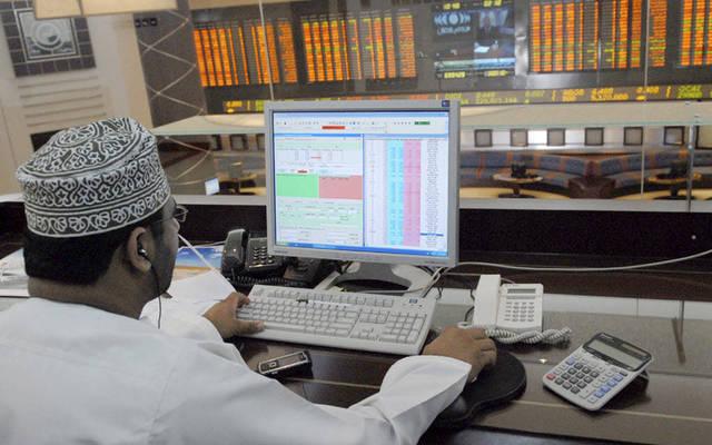 مستثمر يتابع أسعار الأسهم بسوق مسقط للأوراق المالية