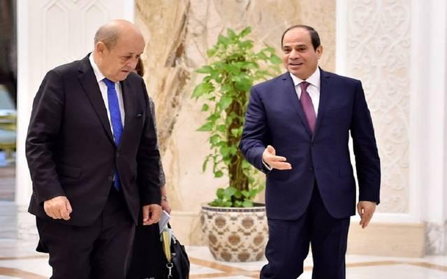 الرئيس المصري عبد الفتاح السيسي مع  وزير خارجية فرنسا جان إيف لودريان