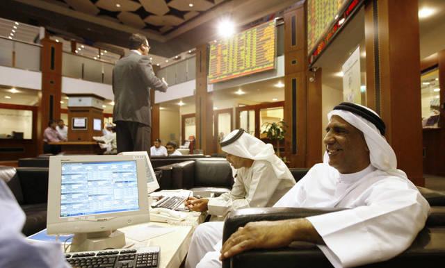 متعاملون يتابعون الأسعار بسوق دبي المالي - الصورة من رويترز أريبيان آي