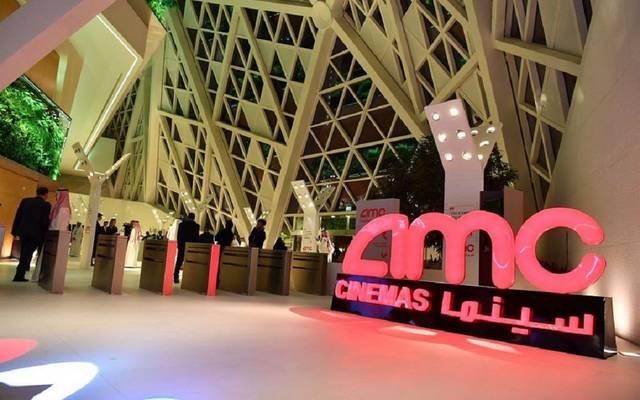 افتتحت السعودية يوم الأربعاء أول دار للسينما بعد توقف دام 35 عاما