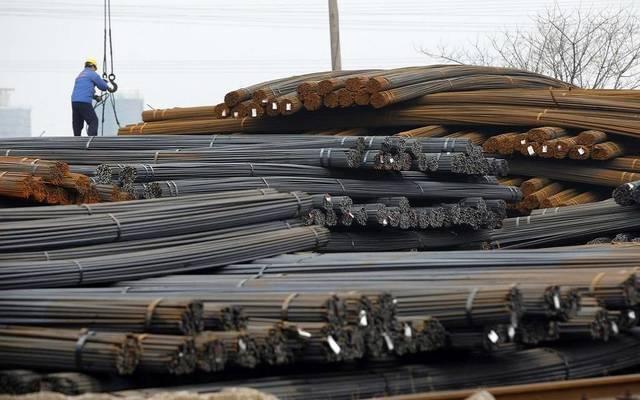 عامل يقوم بشحن الحديد