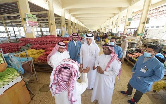جولات تفتيشية للجهات المعنية على سوق للخضار والفاكهة بالمملكة العربية السعودية