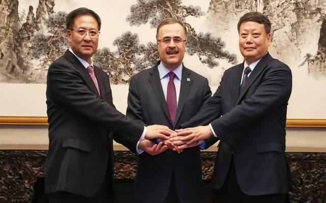 رئيس أرامكو يتوسط مسؤولي الصين بعد توقيع الاتفاقية