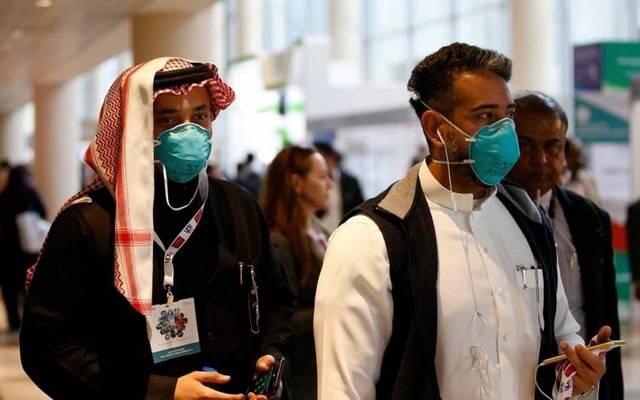 مواطنان يرتديان كمامتين وقائيتين من الفيروسات