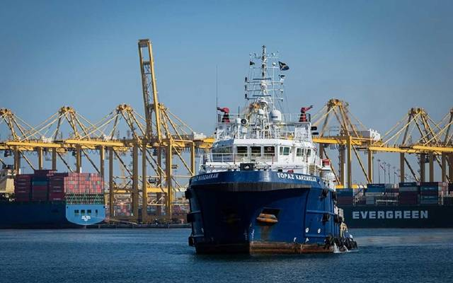 الصورة لسفينة نقل تقوم بخدمات بحرية