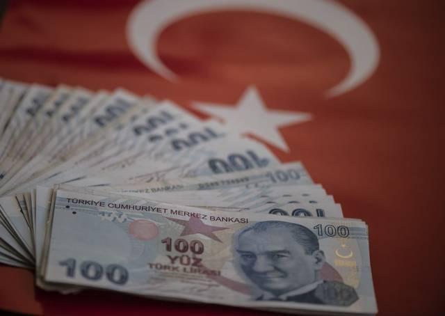 الليرة التركية تتراجع مع طرح سندات مقومة باليورو