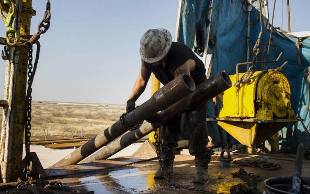 عامل في أحد حقول النفط