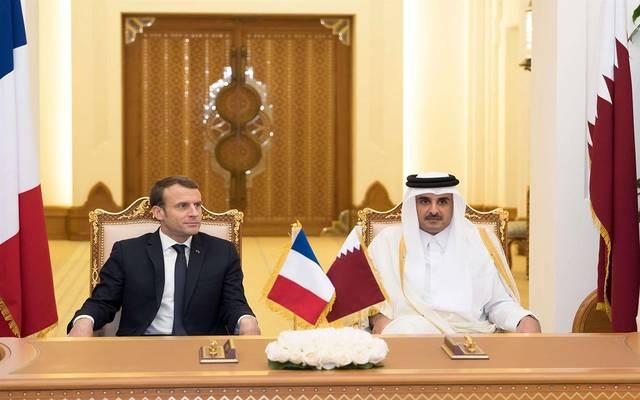 صورة أرشيفية لأمير دولة قطر تميم بن حمد آل ثاني والرئيس الفرنسي إيمانويل ماكرون
