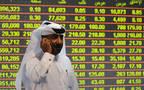 مستثمر يتابع التداولات في بورصة قطر