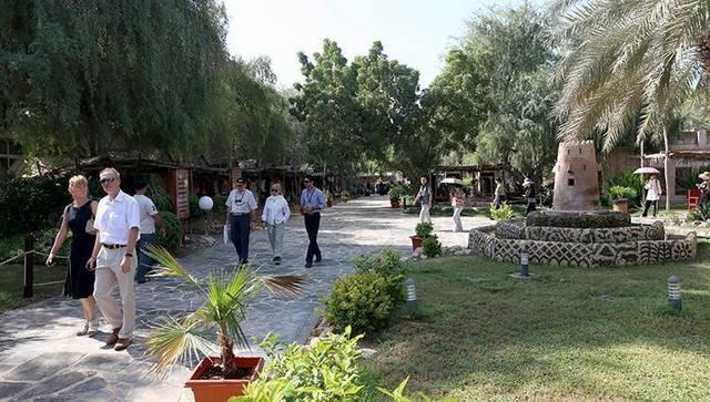 سياح داخل أحد المعالم السياحية في إمارة أبوظبي