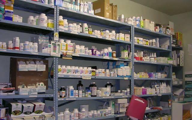 أدوية متنوعة على أرفف إحدى الصيدليات
