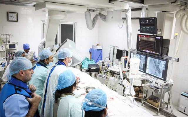 طاقم طبي داخل إحدى غرف الرعاية الصحية المُجهزة