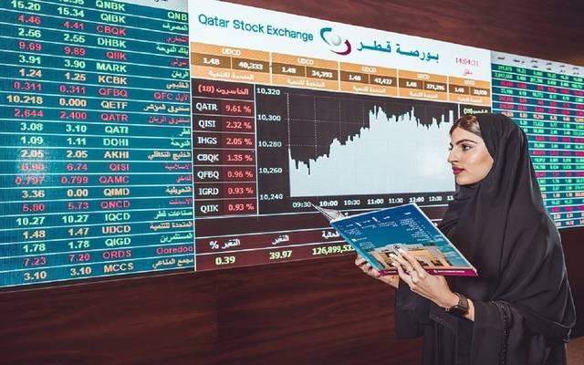 مستثمرة تتابع التداولات ببورصة قطر