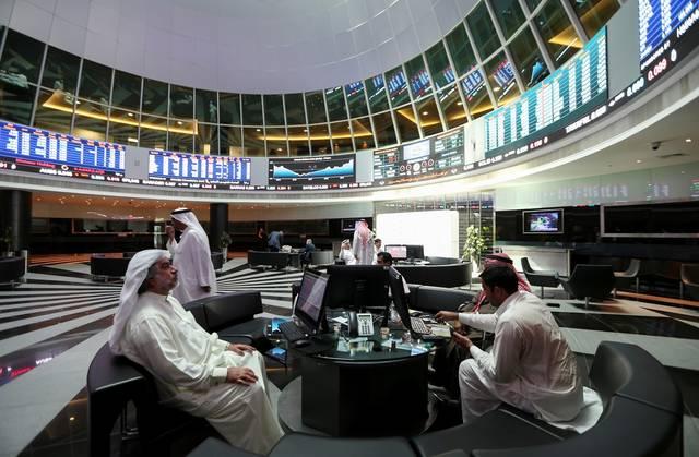 صورة أرشيفية لمستثمرين يتابعون أنشطة التداول عبر الشاشات داخل مقر بورصة البحرين