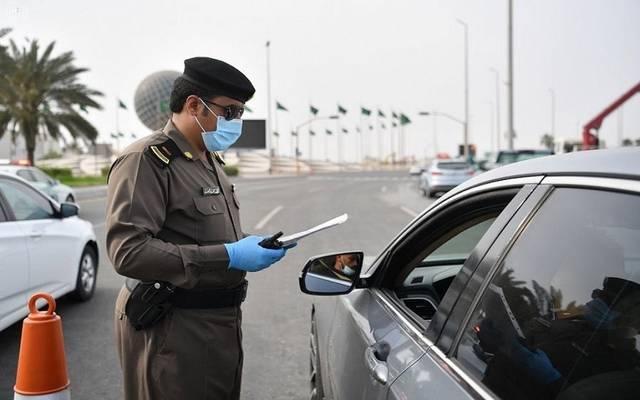 ضابط مرور سعودي يتابع سلامة بيانات إحدى المركبات - أرشيفية