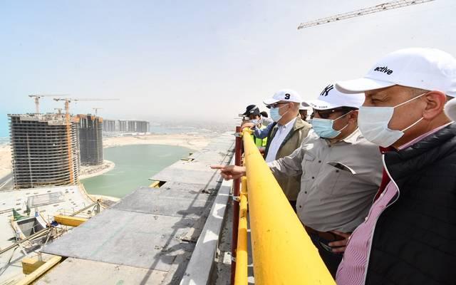 وزير الإسكان يتفقد أعمال التشطيبات بـ15 برجاً بالمنطقة الشاطئية بمدينة العلمين الجديدة