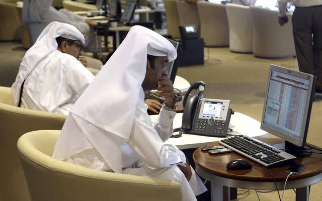 أحد المستثمرين في قاعة التداول ببورصة قطر