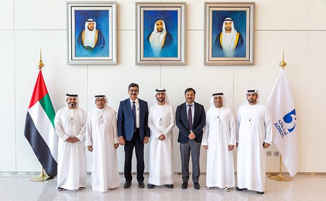 حضور أحمد بن ثليث، القائم بأعمال نائب الرئيس الأول لمبيعات المنتجات المكررة، بإدارة التسويق والإمداد والتجارة في أدنوك - على هامش توقيع الاتفاقية