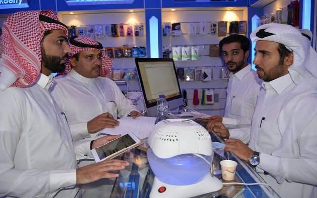 سعوديون يعملون في منشأة تبيع منتجات اتصالات، أرشيفية