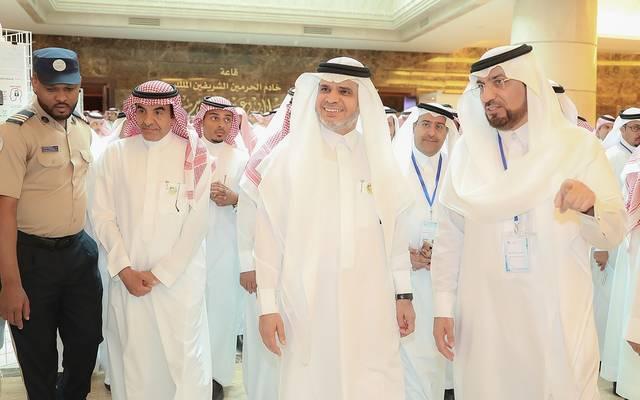 جانب من جولة الوزير داخل المعرض المصاحب للملتقى العلمي الأول للتطوير المهني التعليمي المنعقد بالرياض