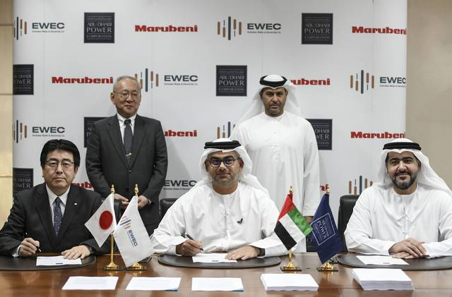 جانب من توقيع الاتفاقية بين رئيس مجلس إدارة مؤسّسة أبوظبي للطاقة سيف محمد الهاجري، وإكيهيكو ناكاجيما سفير اليابان لدى الإمارات