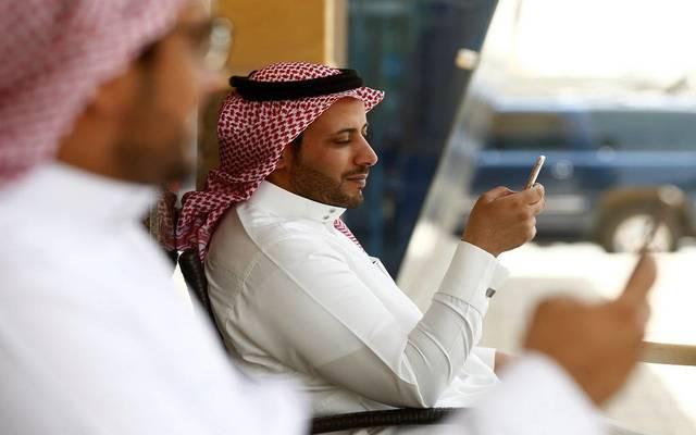 مواطنون بدولة الإمارات يستخدمون خدمات الهواتف الذكية